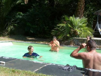 Véro envoie Valérie dans la piscine